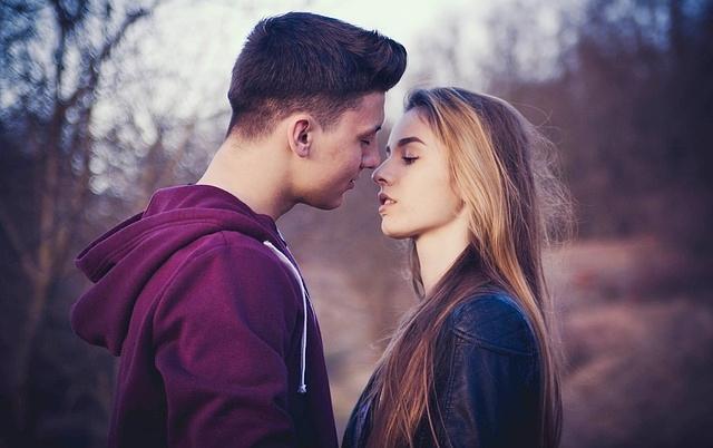 szerelem lány valakivel randevúzik