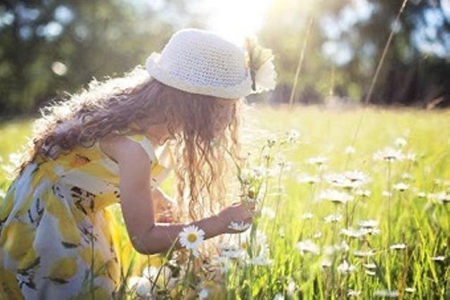 Virágot szagoló kislány