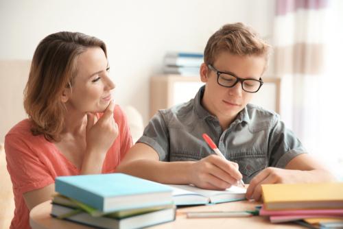 Anya és fia tanul