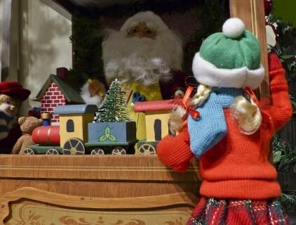 Kislány karácsonyi kirakat elött