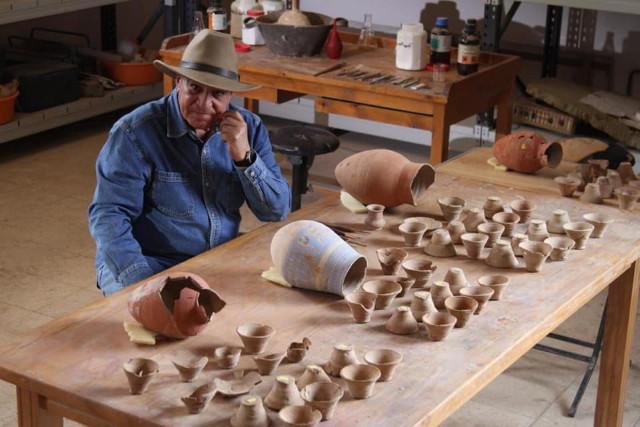Záhi Havássz a mostani ásatás leleteivel, a 18. dinasztia korabeli kerámiákkal