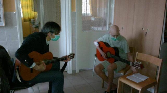 Zenével a Rákos Gyermekekért Alapítvány - Ricsi kezelés közben