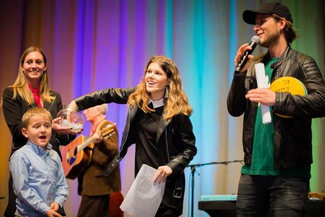 Bence és Adél a színpadon