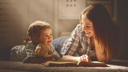 Anya lánya olvas