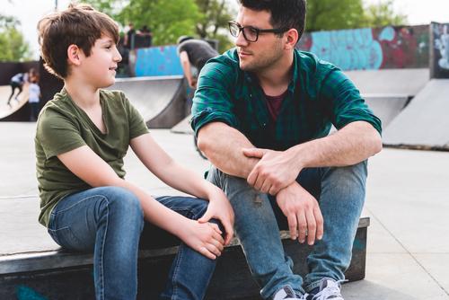 Apa és fia beszélget