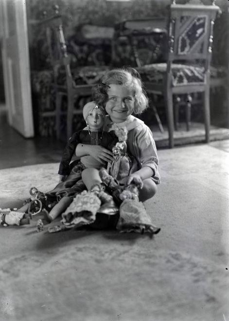 Kislány babákkal