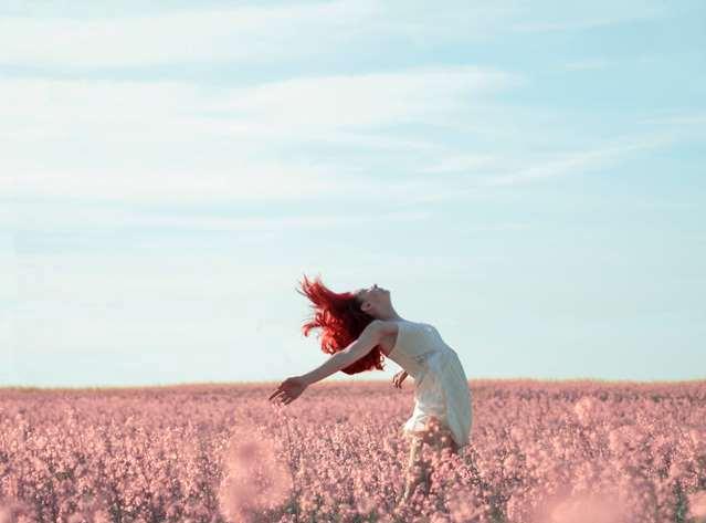 Mezőn álló nő