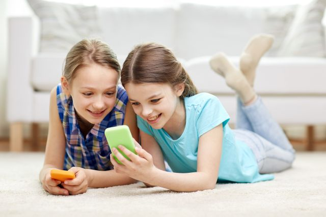 Mobilozó kislányok