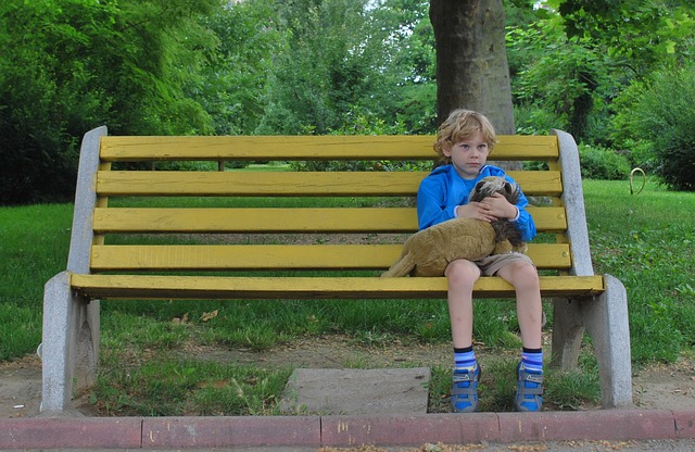 Padon ülő fiú