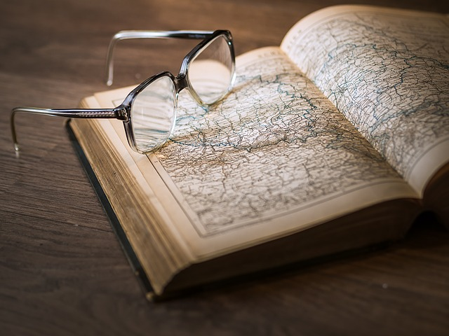 szemüveg és könyv