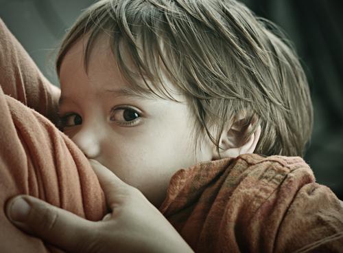 Kisgyermek szoptatása