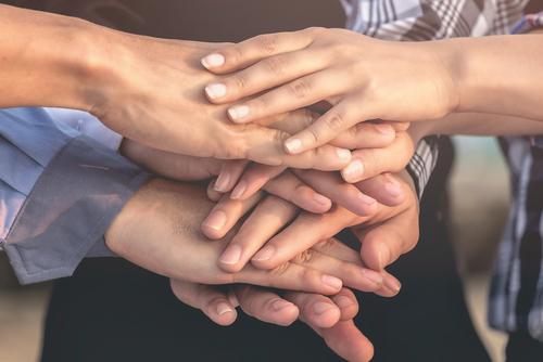 Támogató kezek