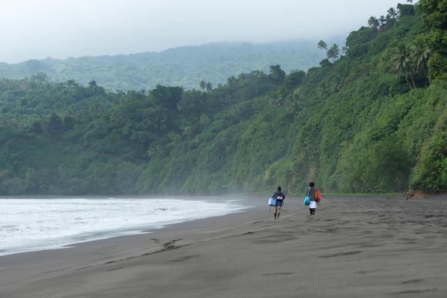 vakcinaszállítás egy vanuatui faluba