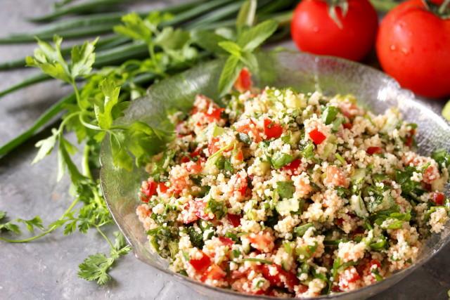 Sült zöldséges - növényi sajtos kuszkusz saláta